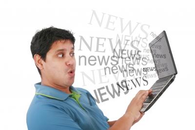 Čovek čita tekstove na lap topu